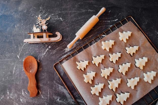 크리스마스 트리 모양 빵을 준비에 원시 반죽 쿠키