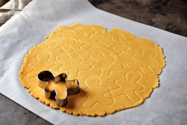Сырое тесто для печенья имбирный пряник на пергаменте