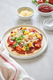 재료를 사용한 피자 준비 용 생 반죽