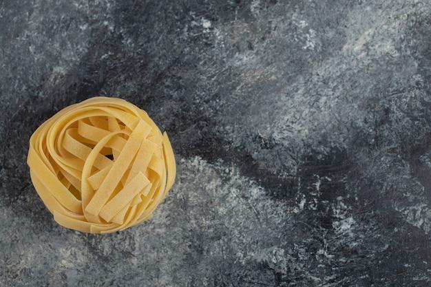 大理石のテーブルに生の乾麺。