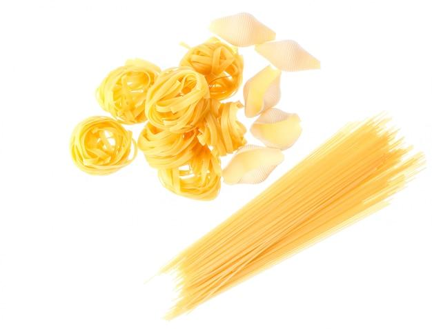 生の乾燥タリアテッレ麺、コンキリオーニ、白で隔離されるイタリアンパスタ
