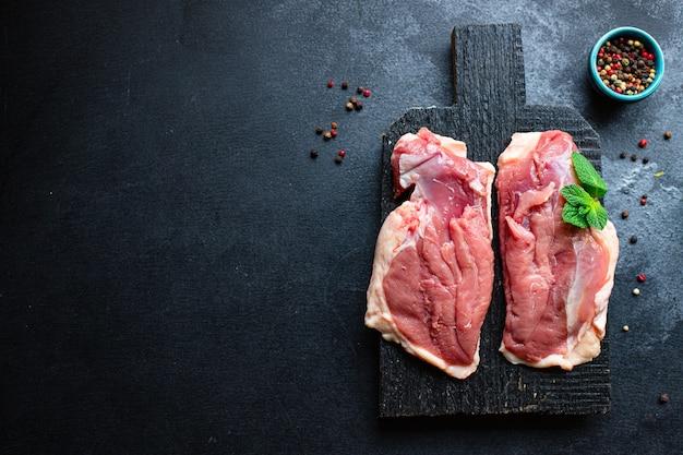 新鮮なバーベキューグリルを調理するための生鴨胸肉鶏肉とスパイスの材料