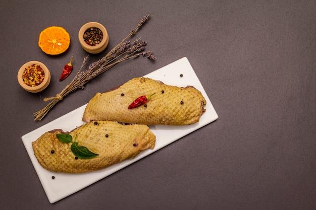 생 오리 가슴살과 향신료. 건강한 식사 요리를위한 맛있는 재료