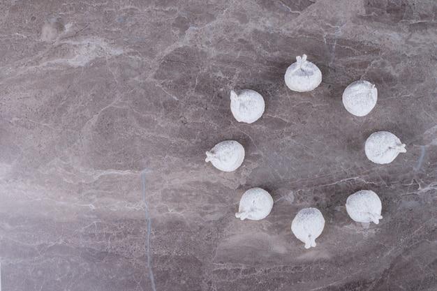 대리석 표면에 생 만두.