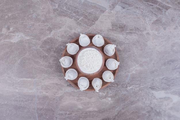 木の板の生餃子。
