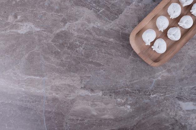 Gnocchi crudi su tavola di legno.