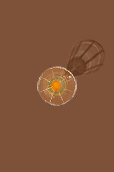 갈색 배경에 유리에 날달걀 간단한 부활절 음식 개념