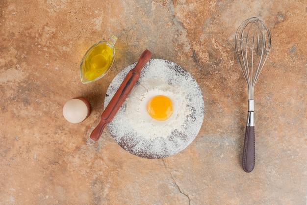 Wgiskと木の板と生卵。