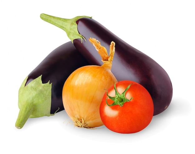 Сырые баклажаны, лук и помидоры изолированные