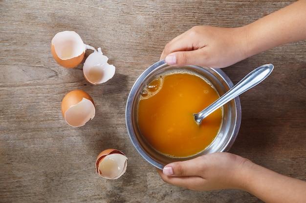 익히지 않은 계란을 그릇에 넣고 요리하기