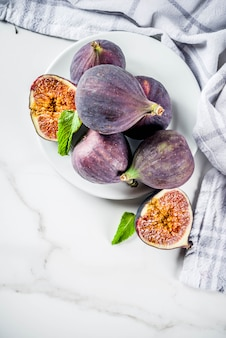 Raw figs fruits