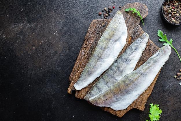 生の切り身魚の骨なしパイクパーチ新鮮なシーフードメルルーサミールスナックコピースペース食品背景素朴