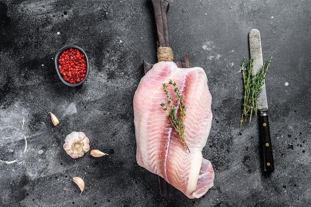 まな板の上の白身魚ナマズの生の切り身