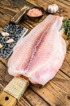 Сырое филе белой рыбы сома