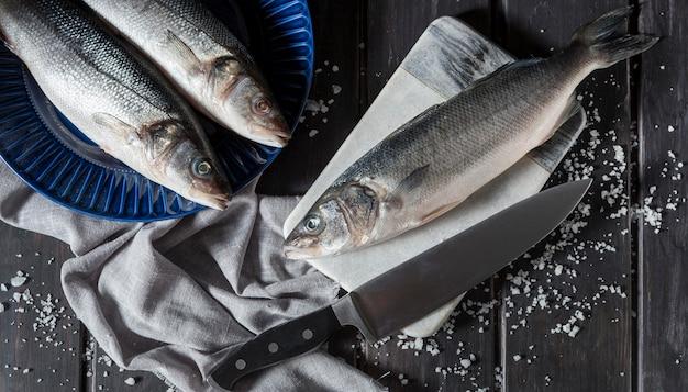 Disposizione di pesce crudo per cucinare