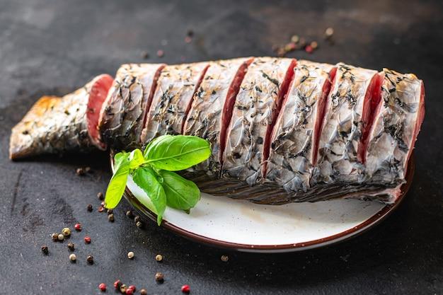 生の魚鯉白新鮮なヘッドレス淡水魚シーフード食事スナックテーブル上のコピー宇宙食