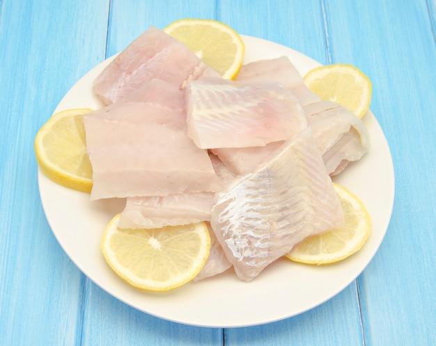 レモンと生の魚の切り身