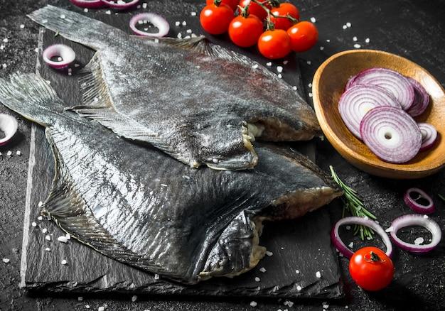 玉ねぎのみじん切り、トマト、ローズマリーの生魚ヒラメ。