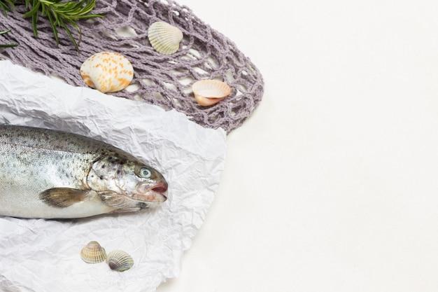 흰 종이에 생선 머리. 그레이 메쉬. 흰 바탕. 평면도. 공간 복사