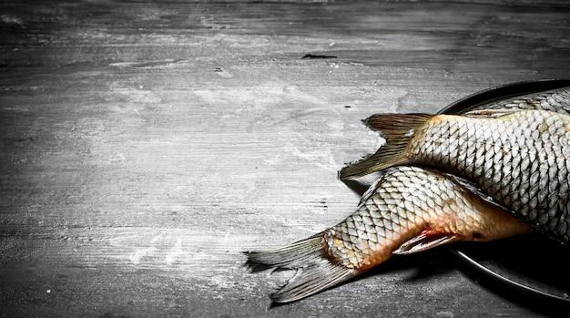 皿の上の生の魚。