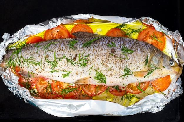 チョクルを揚げるために用意された生の魚はホイルの上にあります