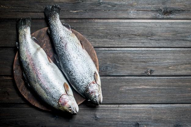 Сырая рыба лосось на доске.