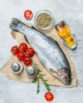 Лосось сырой рыбы с помидорами, специями и розмарином.