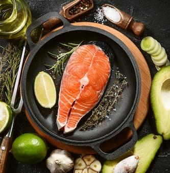 生の魚のステーキ。揚げる準備ができた鮭