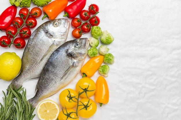 カラフルな野菜と生の魚