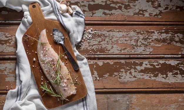 Pesce crudo con composizione di condimenti per cucinare