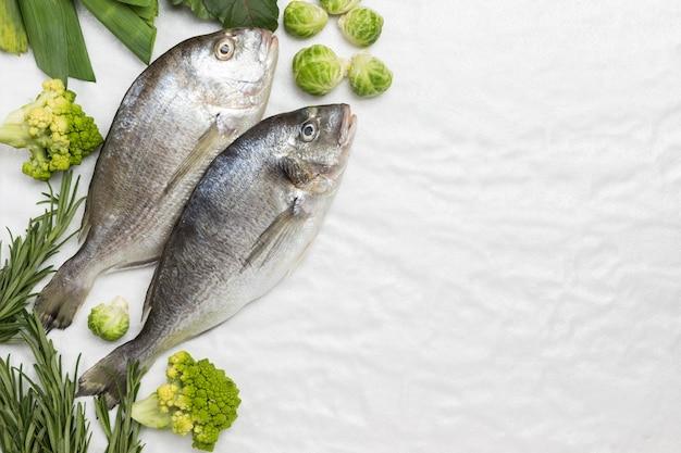 緑の野菜と生の魚。