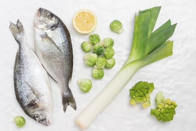 緑の野菜と生の魚