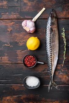 木製のテーブル、トップビューでハーブと生の魚
