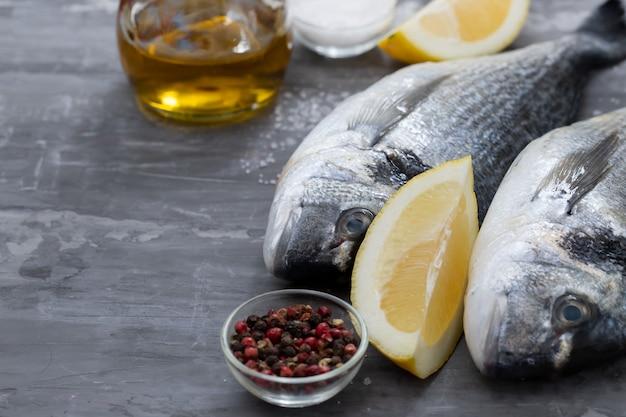 Сырая рыба с оливковым маслом и поверхностью лимона