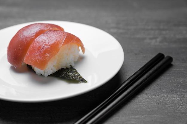 プレートハイアングルにご飯と生の魚