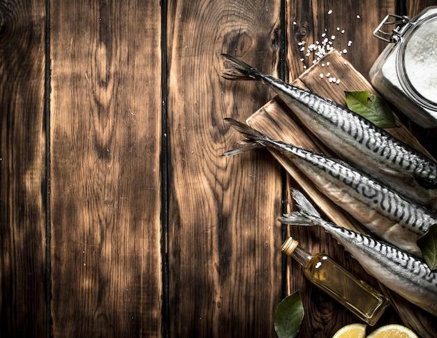 まな板の上にスパイスと生の魚。