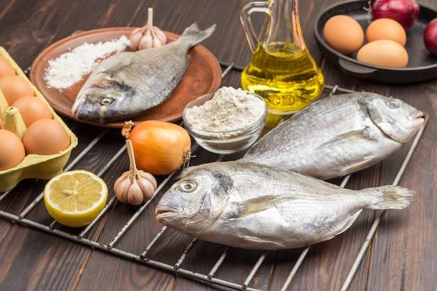 Сырая рыба с овощами на решетке гриль