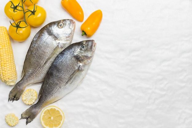 Сырая рыба с желтыми овощами.