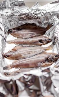 生のヒラメの魚、ベーキングホイルのシーフード。健康的な食事の概念。上面図