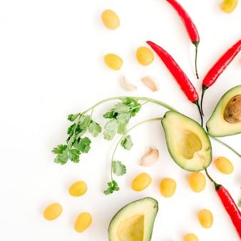 Сырые продукты: авокадо, перец чили, кориандр, помидоры черри, лайм, чеснок. концепция питания.