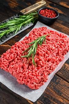 Сырой фарш из говядины, фарш на мясной бумаге
