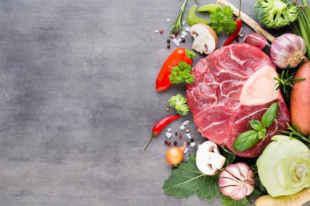 生の新鮮な牛肉のリブアイステーキにスパイスと食材を使用。上面図