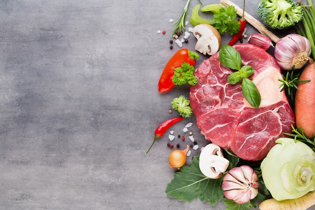 Стейк рибай из свежей говядины со специями и ингредиентами