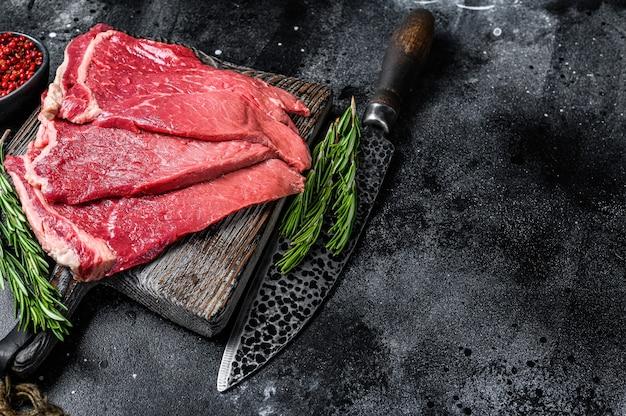 生の新鮮な牛肉のモモステーキとハーブとスパイス。上面図。