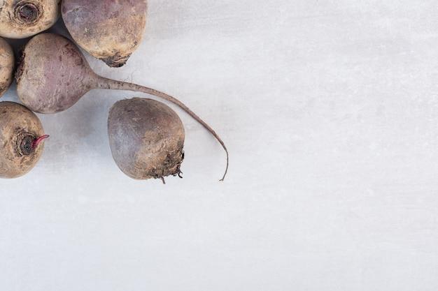 Barbabietole fresche crude sulla superficie di pietra. foto di alta qualità