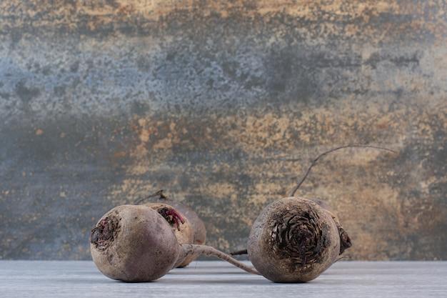 Barbabietole fresche crude sul tavolo di pietra. foto di alta qualità