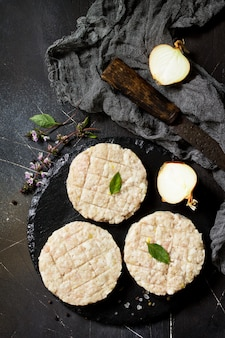 スパイスで調理する自家製ハンバーガー用の牛肉からの生の新鮮なカレットバーガー上面図