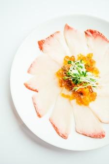 Сырые свежие мясные сашими из хамаджи в белой тарелке