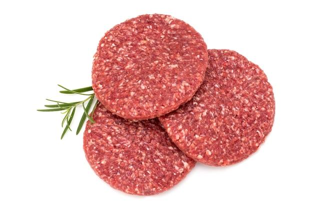 Сырое свежее мясо гамбургера, изолированные на белом.