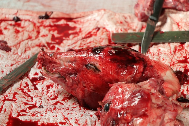 アジアの食品市場で販売されている豚の生の新鮮な頭、豚の頭、豚の頭蓋骨。